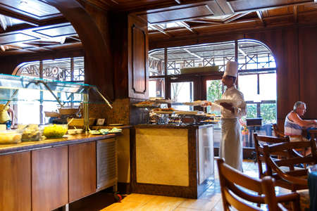 restaurante italiano: HURGHADA, Egipto - el 18 de mayo 2015: El interior de un restaurante italiano en el balneario egipcio Editorial
