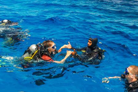 picada: HURGHADA, Egipto - 19 de mayo, 2015: prueba de buceo con alumno y el instructor