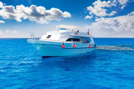 Witte jacht in de blauwe tropische zee, duiken safari boot voor liveaboard