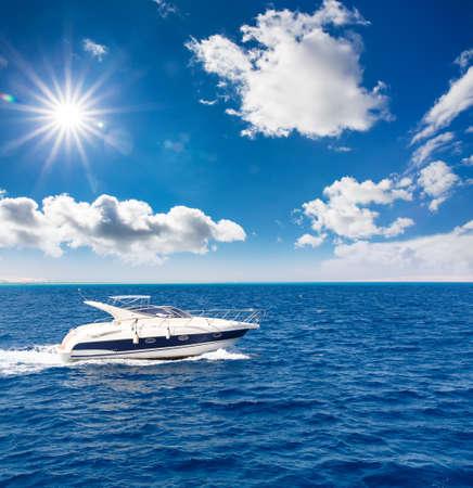geweldig uitzicht op de speedboot, racen over het oppervlak van de blauwe zee