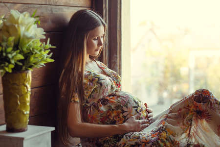 mujer: Belleza Mujer Embarazada. Embarazada. Hermosa Mujer Embarazada Esperando bebé. Concepto de la maternidad.
