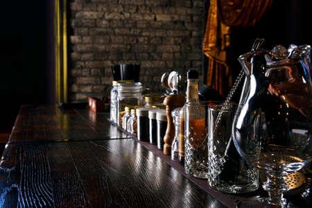 barra de bar: herramientas en la barra de camarero en el club nocturno