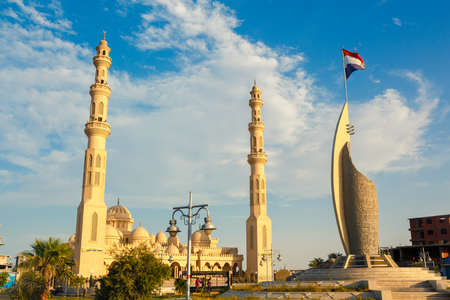 hurghada: HURGHADA, EGYPT - MAY 20, 2015: The Port Grand Mosque and memorial monument located on Shedwan street, on May 20 in Hurghada.