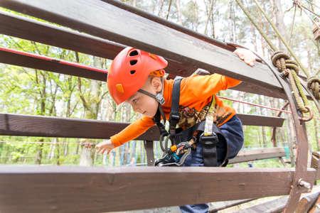 Klettergurt Kind 3 Jahre : Portrait jahre alter junge trägt helm und klettern kind in