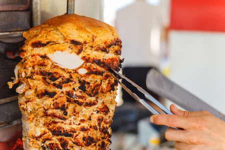 pollo rostizado: Carne Shawarma se corta antes de hacer un sándwich