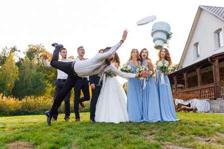 Loser fällt die Hochzeitstorte während der Hochzeitszeremonie