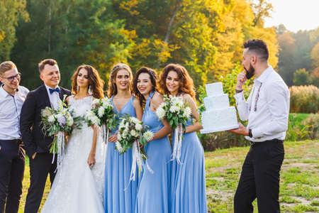 Ein Mann, eine Hochzeitstorte bei der Trauung tragen Standard-Bild