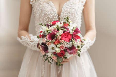 Bello mazzo di nozze in mano della sposa Archivio Fotografico - 65268324