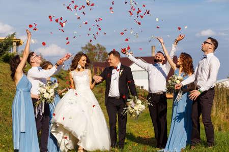 Padrinos de boda y damas de honor con los recién casados ??en la ceremonia de la boda Foto de archivo