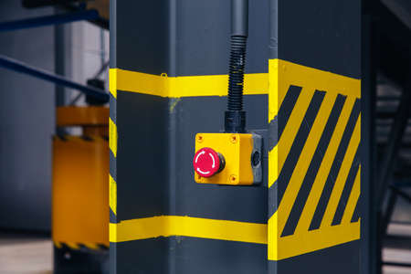 signos de precaucion: botón de emergencia en la planta de reciclaje de residuos de cinta transportadora, para la protección contra accidentes y la máquina parada inmediatamente.