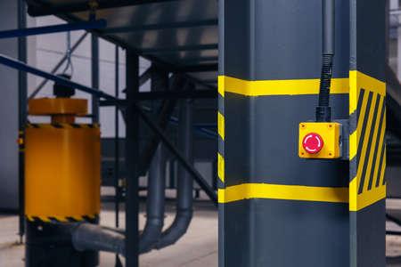 Notruftaste auf der Anlage Abfallrecycling Förderband, für schützen Unfall und sofort Endmaschine.