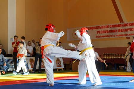 arbitro: GRODNO, BIELORRUSIA - 22 DE ABRIL DE 2017: Batalla de los dos luchadores en el Campeonato entre juniors de la región de Grodno Kyokushin karate