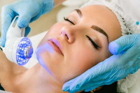 Ultrasuoni luce infrarossa trattamento cosmetico per il viso Archivio Fotografico - 88637235