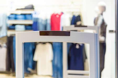 옷가게에서 도난을 막기위한 스캐너 출입구 스톡 콘텐츠