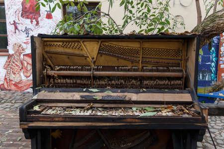 L'intérieur d'un vieux piano en ruine debout à l'extérieur
