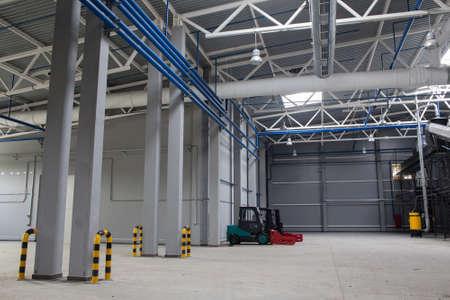 Espacio interno de la planta de clasificación de residuos. Reciclaje y almacenamiento de residuos para su posterior eliminación. Foto de archivo