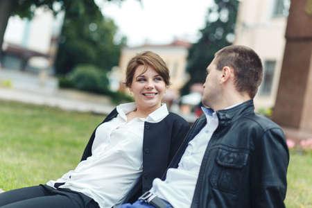 Retrato de dos hermosos jóvenes amantes en el parque