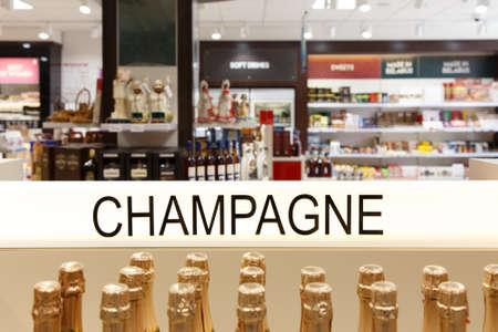 Showcase of alcoholic beverages in the duty-free shop Conceptual photo. Foto de archivo - 129918551