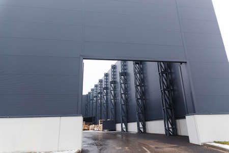 Entry in a distribution warehouse with cargo doors for loading goods