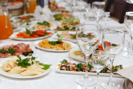 Table set for wedding or another catered event dinner. Concept: Serving. Celebration. Anniversary. Wedding Banque d'images