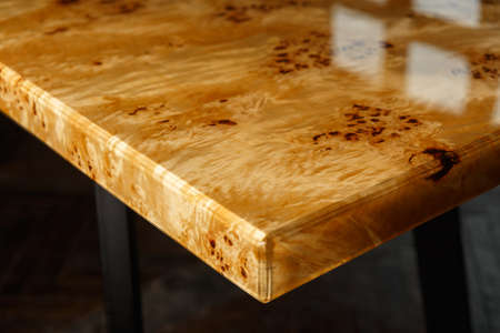 Table top for a table made of poplar burl wood and transparent epoxy resin. The resin is varnished and polished, the wood is saturated with tung oil. Imagens