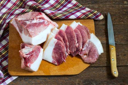 pancetta cubetti: carne con grasso di maiale su un pezzo di cartone rozdelochnoy Archivio Fotografico
