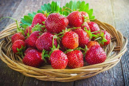 estilo de vida saludable: fresas en madera natural de fondo tonificación Foto de archivo