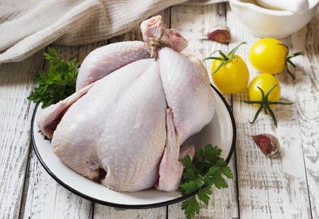 karkas: kip karkas wordt gekookt op een witte houten achtergrond Stockfoto