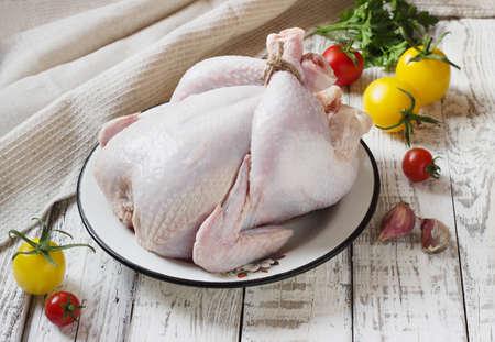 carcass: kip karkas wordt gekookt op een witte houten achtergrond Stockfoto