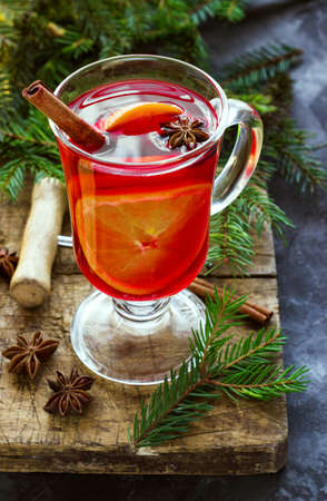 Mulled wine with spices and Christmas tree on dark background Banque d'images - 128616145