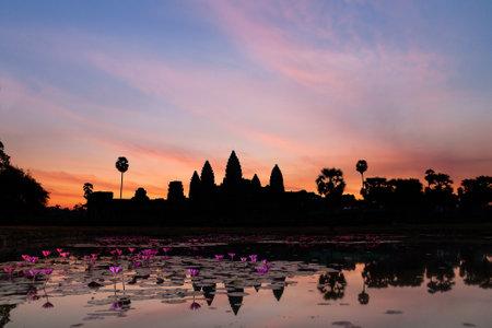 templo: Salida del sol en Angkor Wat, un complejo de templos en Camboya y el monumento religioso más grande en el mundo.