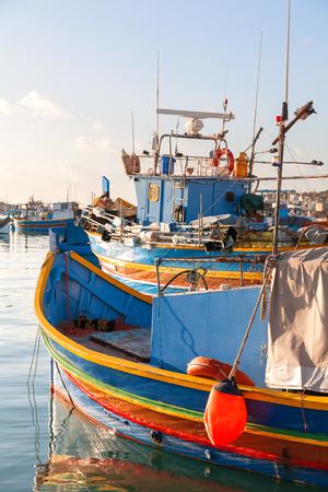 pescador: embarcaciones t�picas de colores - pueblo de pescadores tradicional mediterr�nea en el sureste de Malta. ma�ana de invierno a principios de Marsaxlokk, Malta.