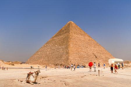 Turyści idą w pobliżu Wielkiej Piramidy w Gizie. Publikacyjne