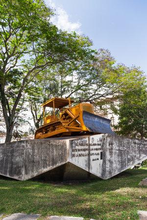 che guevara: Monument to the derailment of the armored train by Che Guevara led troops. Original caterpillar bulldozer used to break the rails. Santa Clara, Cuba. Editorial