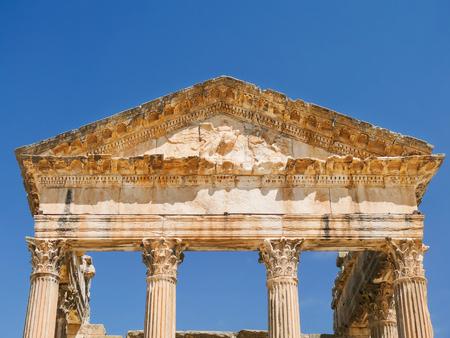 teatro antiguo: Dougga, ruinas romanas. Detalle de la configuraci�n - p�rtico del teatro antiguo.