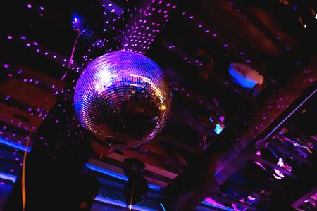 Brillante viola brillante mirror ball disco. interessante dispositivo per la discoteca, festa di ballo con musica in discoteca.