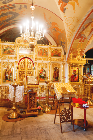 Utensilios religiosos dorados: Biblia, cruz, libro de oraciones, misal, pila bautismal. Interoior de la Iglesia Cristiana Ortodoxa. Rusia.