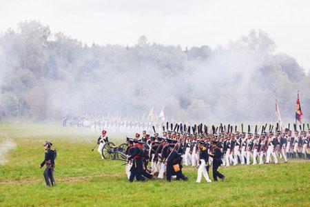 BORODINO, RUSSIE - 06 septembre 2015 - Rééducation de la bataille de Borodino (la guerre patriotique de 1812 ans). Les touristes regardent la performance depuis les places clôturées. Région de Moscou, Russie. Banque d'images - 83269713