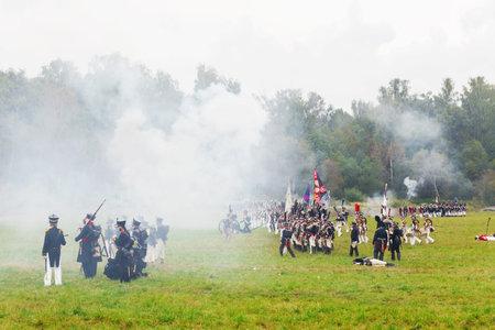 BORODINO, RUSSIE - 06 septembre 2015 - Rééducation de la bataille de Borodino (la guerre patriotique de 1812 ans). Les touristes regardent la performance depuis les places clôturées. Région de Moscou, Russie. Banque d'images - 83269777
