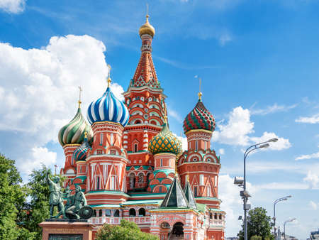 Domes of Saint Basil Cathedral on blue sky background. Monument to Minin and Pozharsky. Famous landmark of Moscow, Russia. Banque d'images