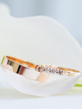 Fedi nuziali con diamanti in giglio di Calla. Dettagli della cerimonia di matrimonio. Simbolo di amore e matrimonio.