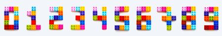 Zahlensatz von bis 9 aus bunten Konstrukteursblöcken. Spielzeugziegel liegen in der Reihenfolge von null bis neun. Bildungsprozess - Zahlen lernen mit Kind mit mehrfarbigen Spielzeugdetails. Standard-Bild