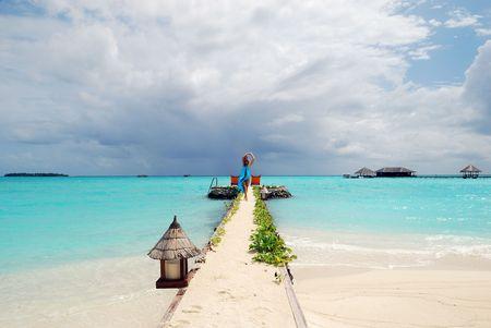 szczęśliwa kobieta chodzenie na tropikalnej plaży Zdjęcie Seryjne