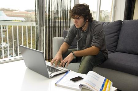 nastolatek studiowania i słuchania muzyki
