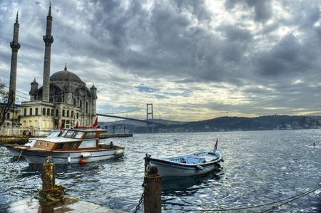 prayer tower: una bella vista del ponte moschea Ortakoy e il Bosforo, a Istanbul, in Turchia Archivio Fotografico