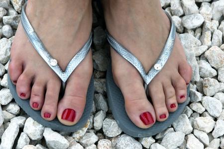 stopy kaukaska kobieta ma na sobie czerwony paznokci i Japonki