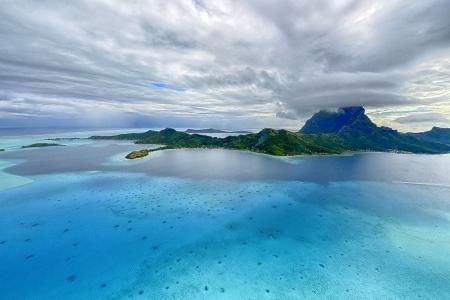 blue lagoon: Isola tropicale a Bora Bora - vista aerea Archivio Fotografico