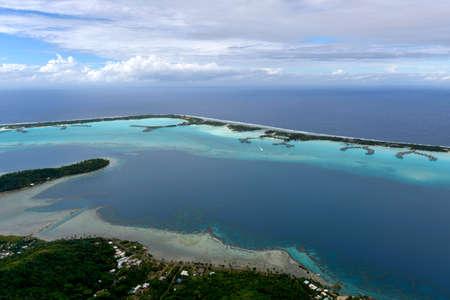 Isola tropicale a Bora Bora - vista aerea