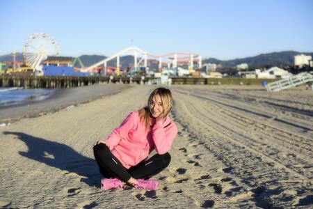personas sentadas: Sentado en la playa de Santa M�nica Foto de archivo