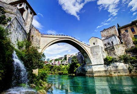 スタリ ・ モストはネレトバ川を渡るボスニア ・ ヘルツェゴビナのモスタルの街の 16 世紀オスマン橋の再建